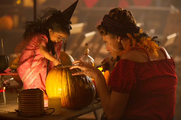 "AMERICAN HORROR STORY: FREAK SHOW ""Edward Mordrake, Pt. 1""- Episode 403 (Airs Wednesday, October 22, 10:00 PM e/p) --Pictured: (L-R) Jyoti Amge as Ma Petite, Erika Ervin as Amazon Eve. CR: Michele K. Short/FX"